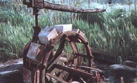 Primer plano de una antigua noria de agua