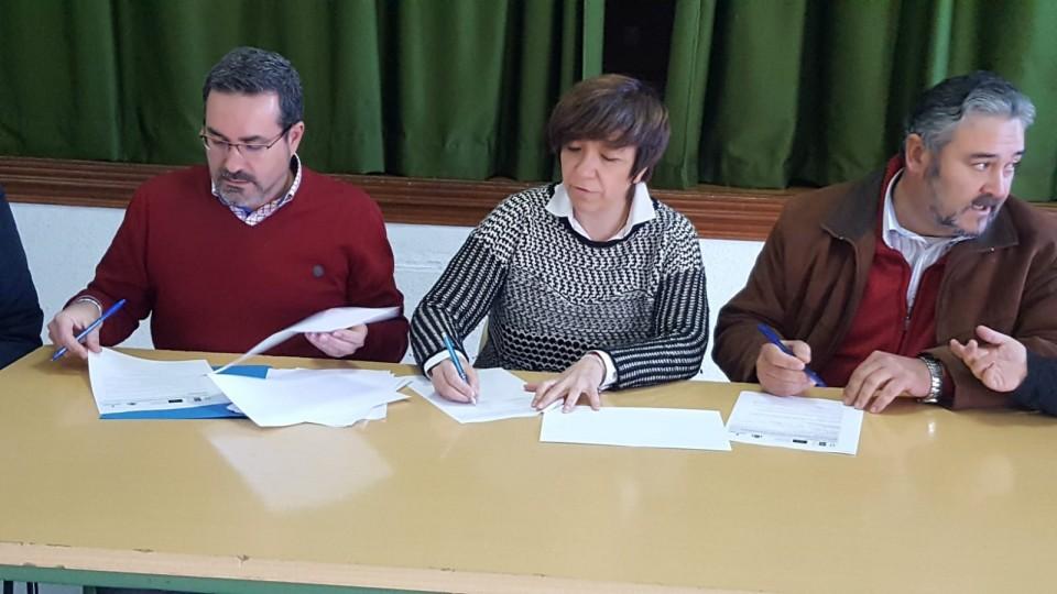 Primer plano de miembros de Mancha Norte firmando acuerdo de inversión