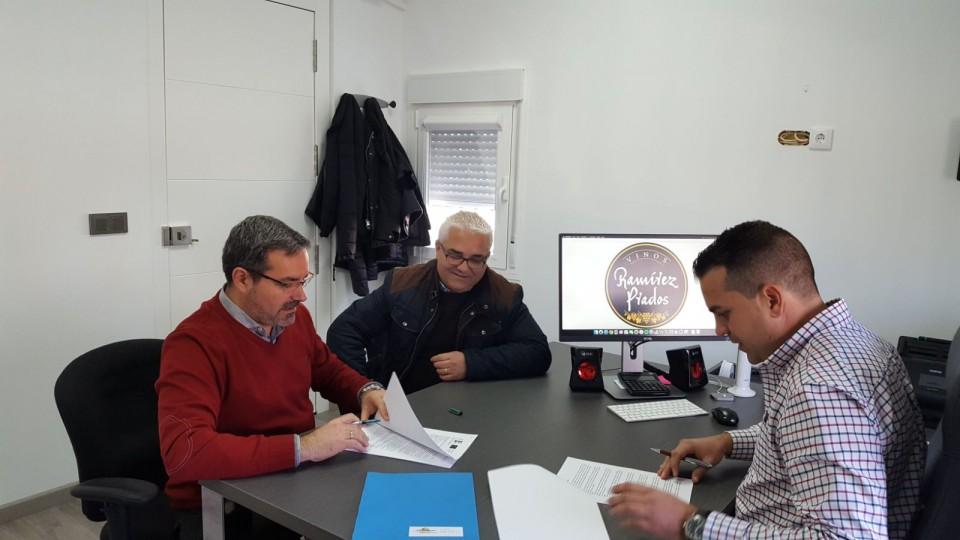 Miembros de Mancha Norte firmando acuerdo de inversión