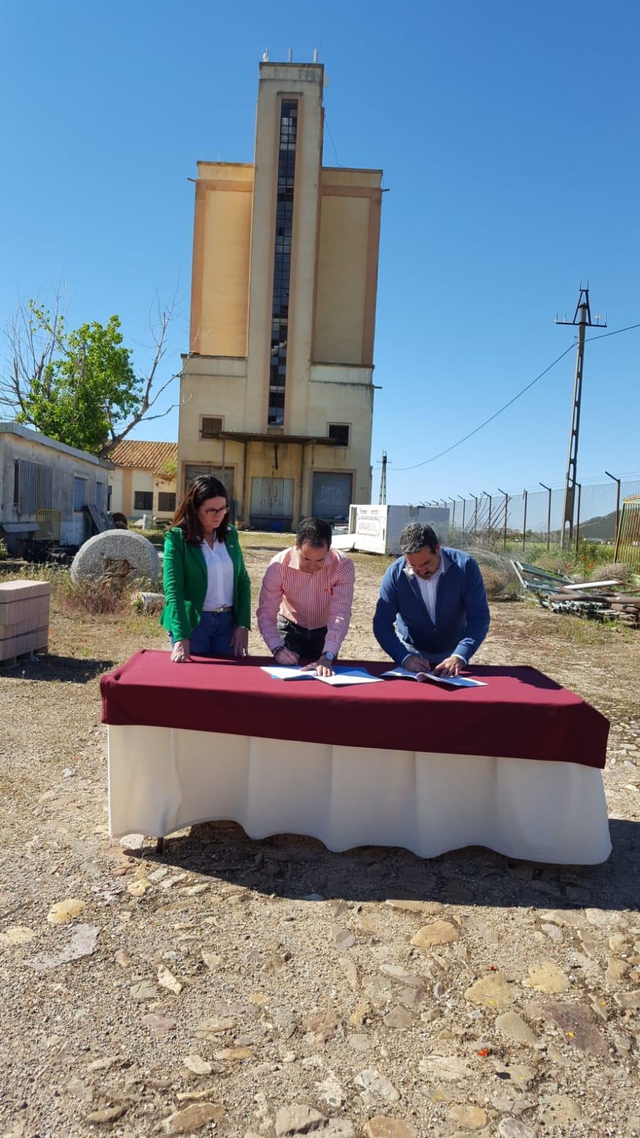 Miembros de Mancha Norte firmando acuerdo