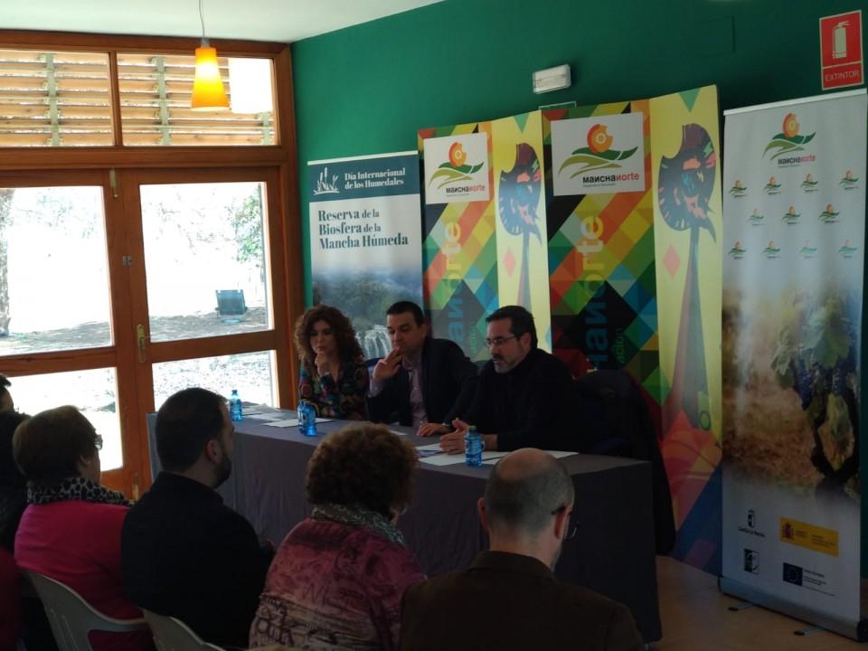 Presentación del Proyecto de Cooperación Regional Reserva de la Biosfera de la Mancha Húmeda por parte de  José Juan Fernández acompañado del Consejero de Agricultura Francisco Martínez Arroyo y un miembro de Mancha Norte